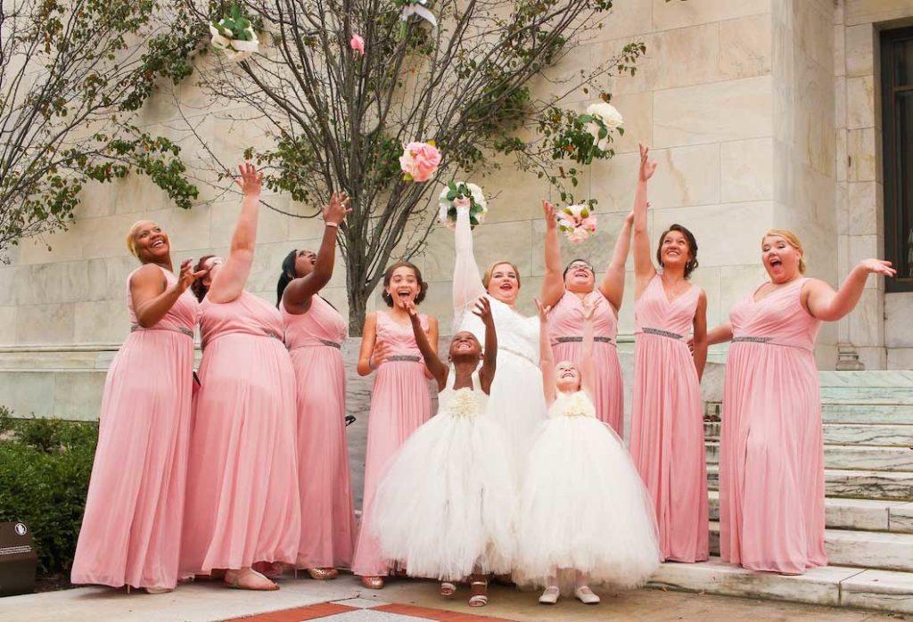 Beliebte Hochzeitsspiele- Brautstrauss werfen